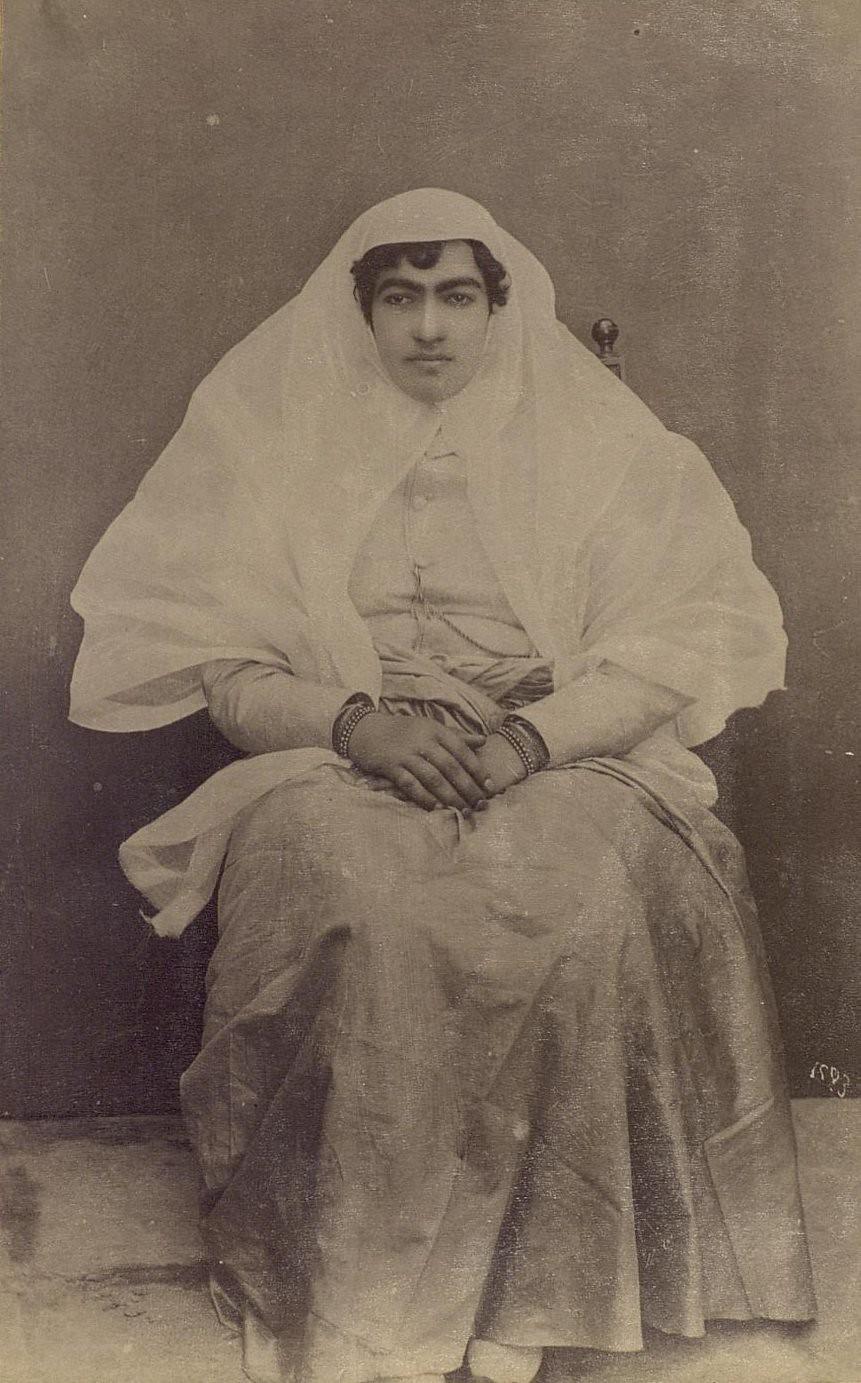 Женщина средних лет в домашнем европеизированном костюме костюме