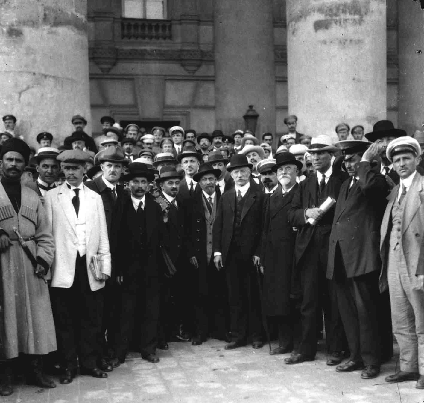 Август. Группа участников Государственного совещания у здания Большого театра