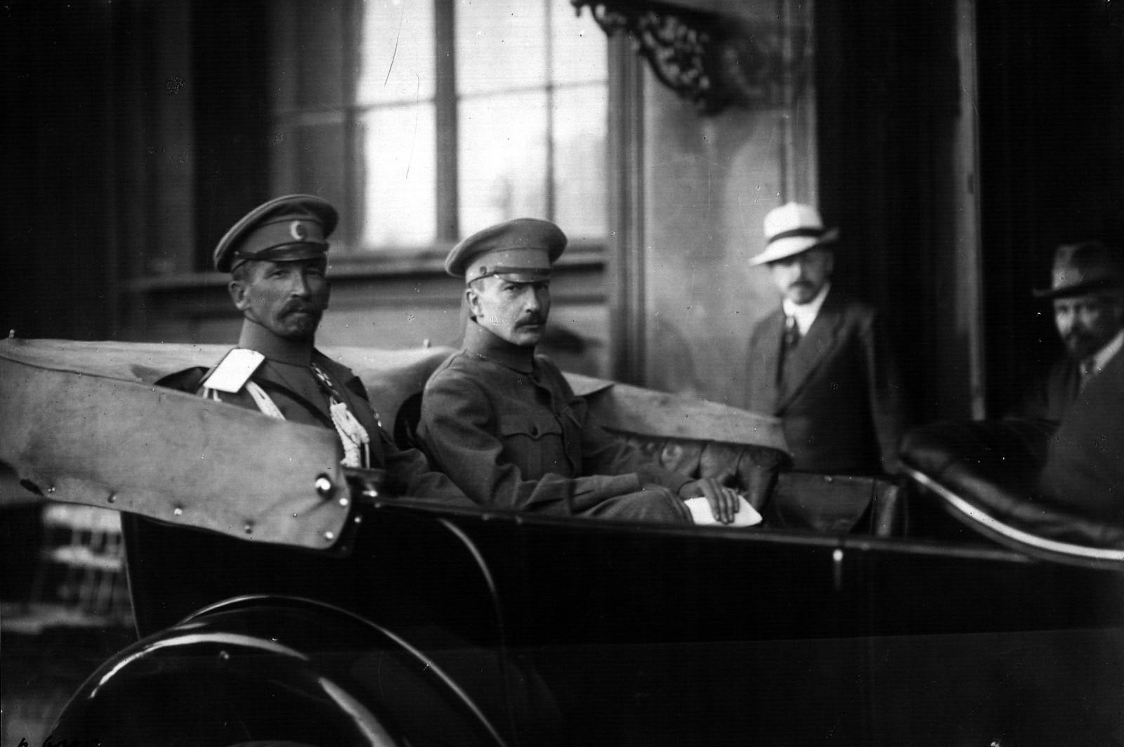 Генерал Л. Г. Корнилов и Б. В. Савинков у подъезда Зимнего дворца. Петроград