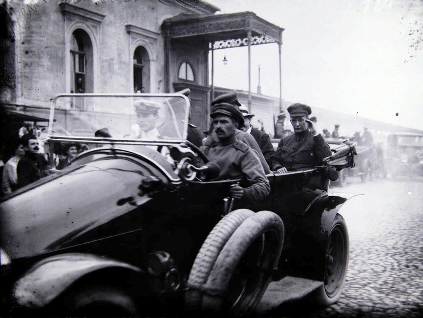 Май.  А. Ф. Керенский в автомобиле объезжает военные школы