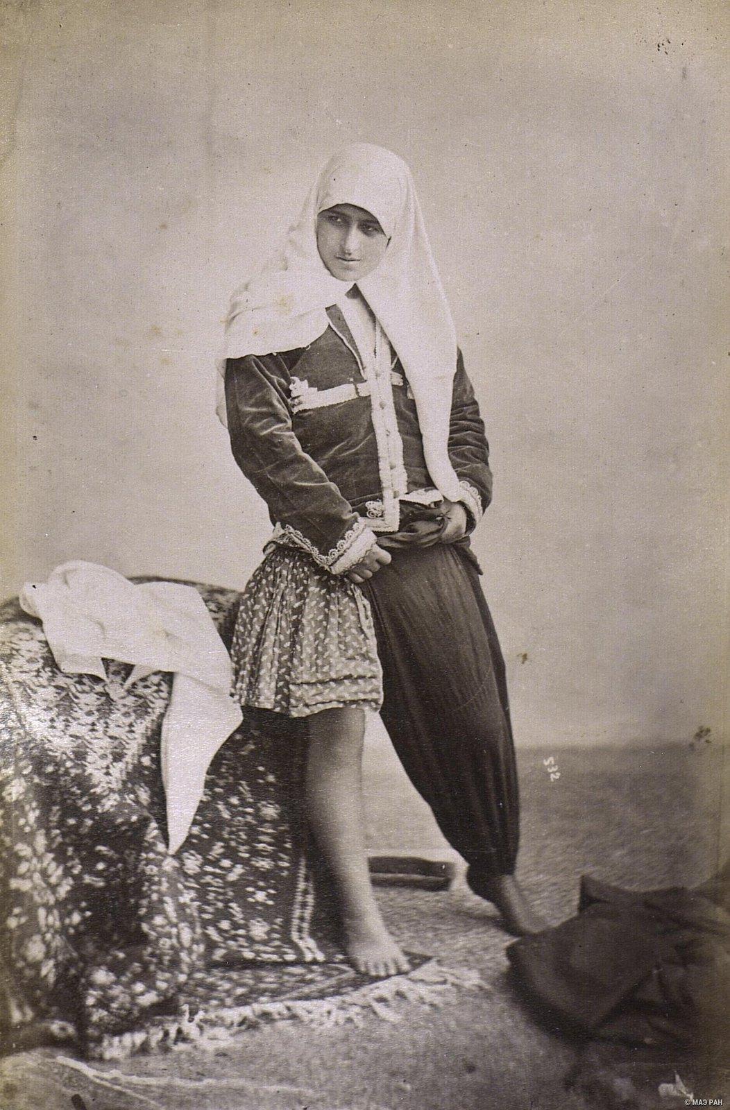 Женщина надевает шаровары