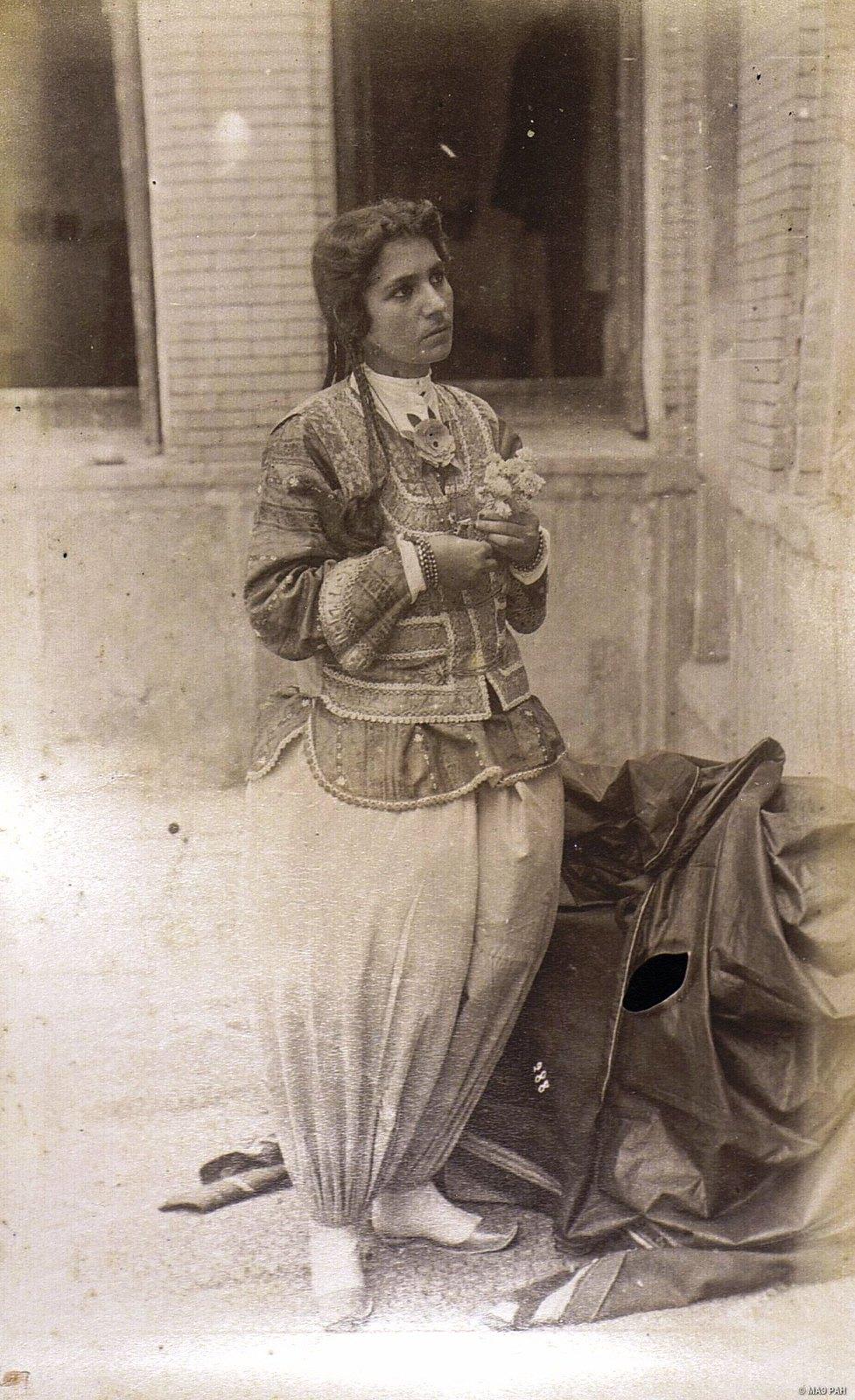 Женщина в домашнем нарядном костюме