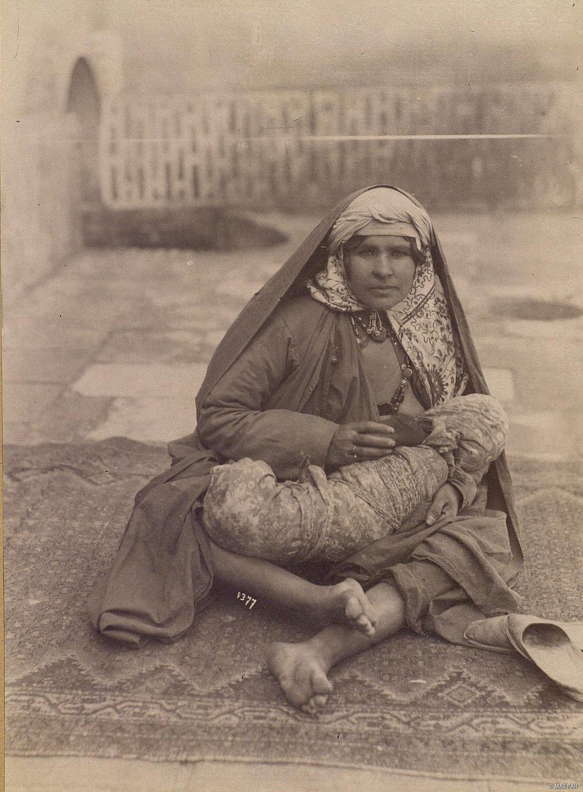 Женщина, кормящая младенца