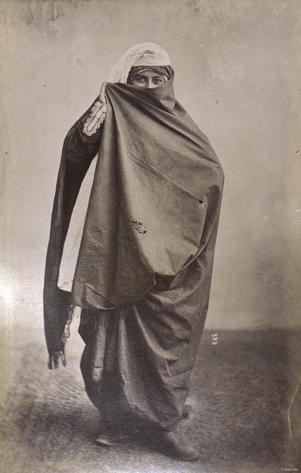 Женщина в уличном костюме