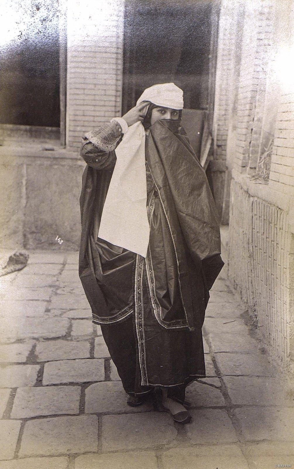 Женщина в уличном костюме.