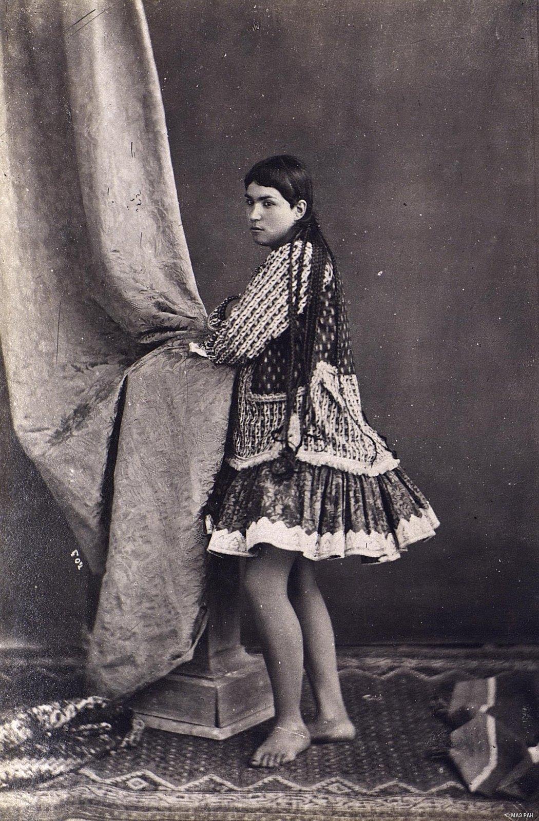 Женщина в домашнем костюме