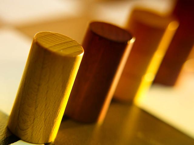 Holz Spiel Figuren – Dutch Angle - Spiel Industrie Produkt Makro Kunst Fotografie.