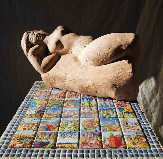 יוצרת אמנית ציירת רחל פרנק שולחנות פסיפסים ריהוט בפסיפסים אמנות ישראלית עכשווית מודרנית  שולחן פסיפס ציורי תל אביב ציור רפי פרץ צייר יוצר אמן ישראלי עכשווי מודרני