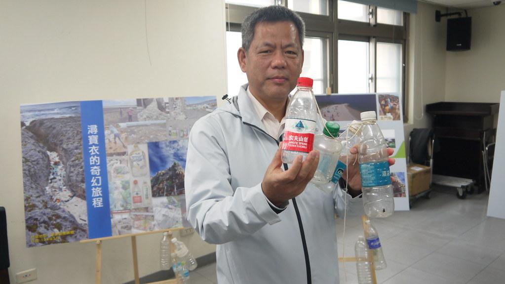根據包裝判斷台灣海廢寶特瓶主要來自境外海漂。黃思敏攝