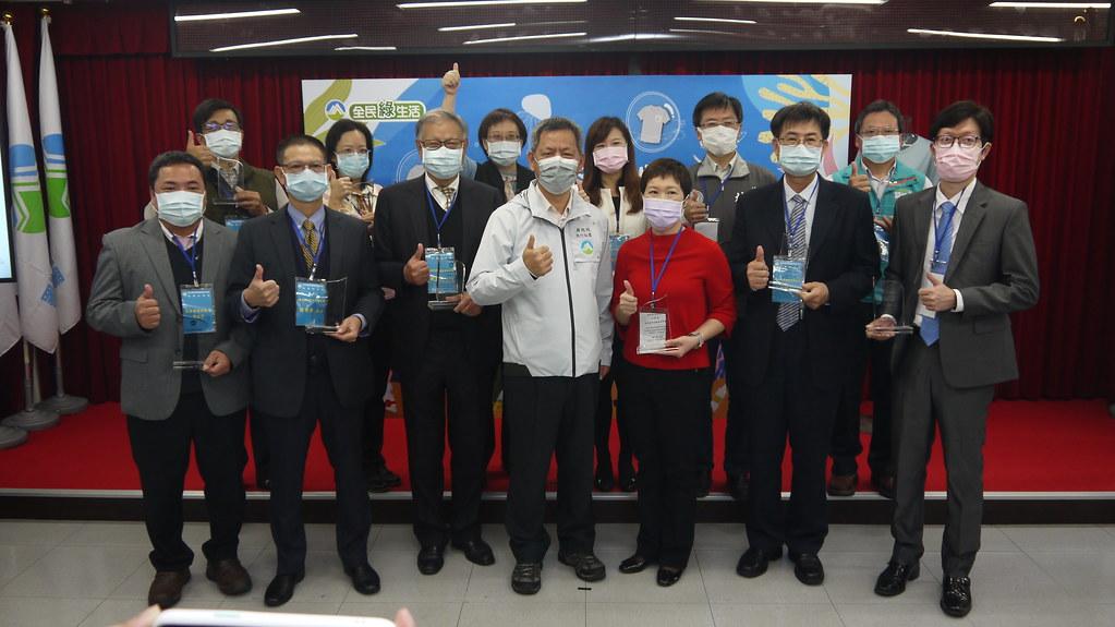 環保署與七縣市環保局及台灣紡織業者組成國家隊發表「潯寶衣」。黃思敏攝