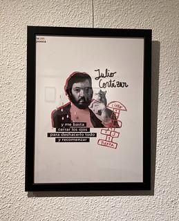 Lámina sobre Julio Cortázar en la exposición 'La otra poesía' de Marta Villela