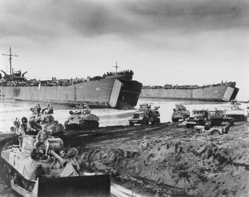 Landingsvaartuigen brengen tanks aan land in Noemfoor.