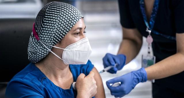 Funcionarios de la Salud vacunados contra COVID-19