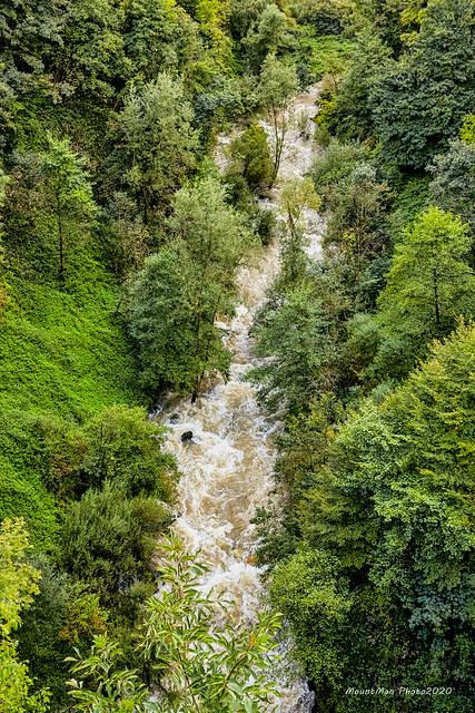 Rijeka Dobra dolazi do centra Ogulina dubokim i uskim kanjonom