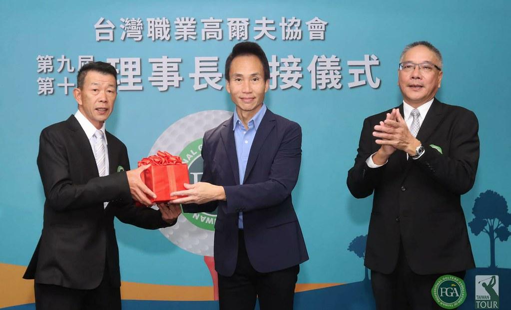 台灣職業高爾夫協會理事長交接,在TPGA榮譽理事長許育瑞(中)的監交下,第九屆理事長謝錦昇(右),第十屆新任理事長陳榮興(左)。