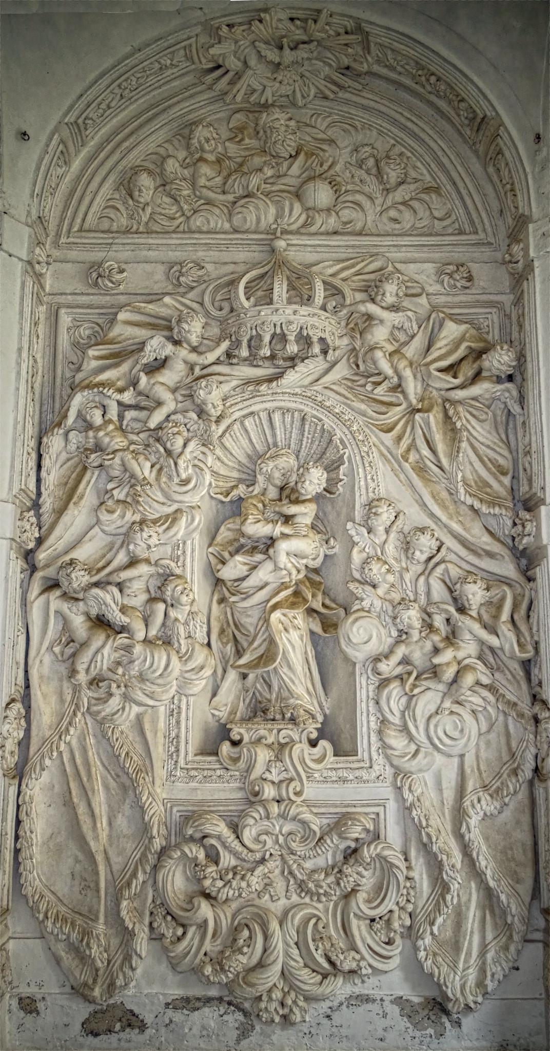 Madonna con bambino, in alto il creatore e colomba con spirito santo, tutto in gesso