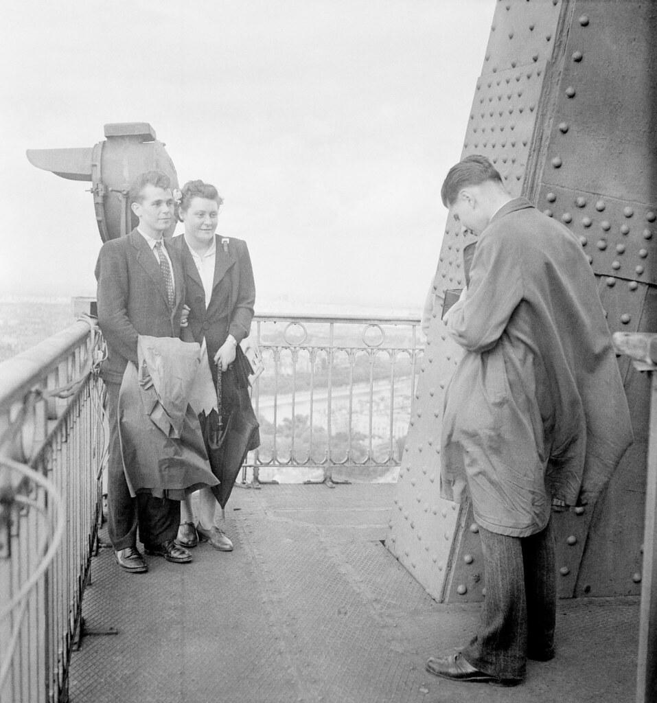1946. Пара фотографируется на верхнем этаже Эйфелевой башни