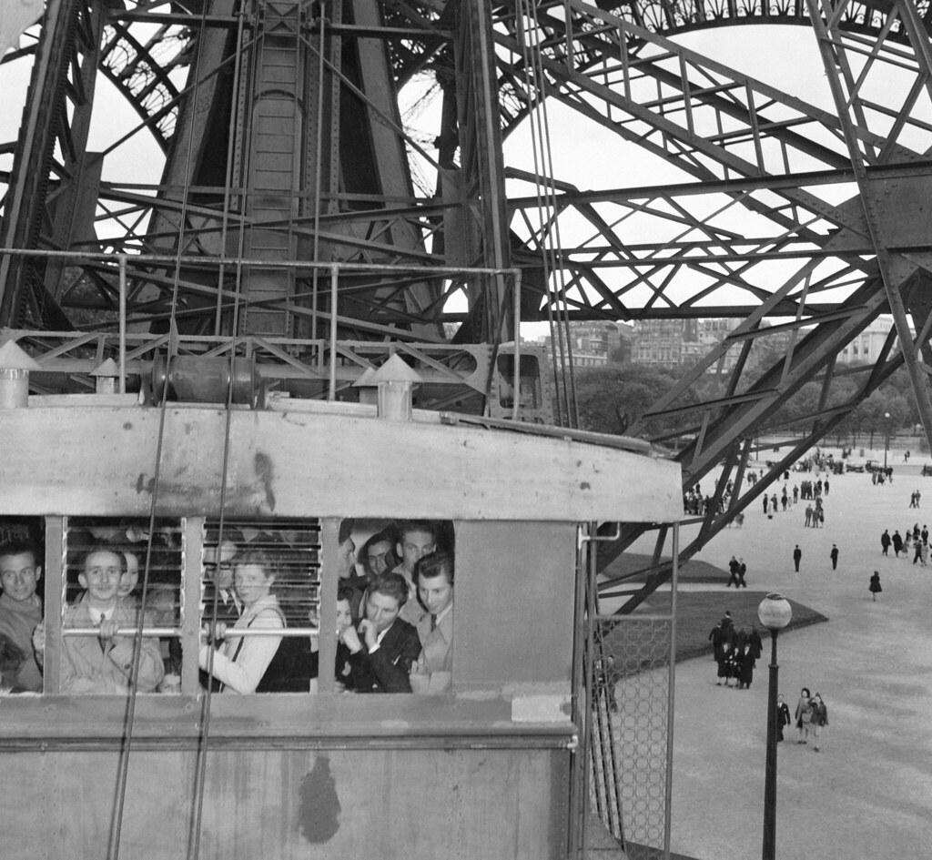 1946. Лифт Эйфелевой башни, заполненный посетителями, в Париже