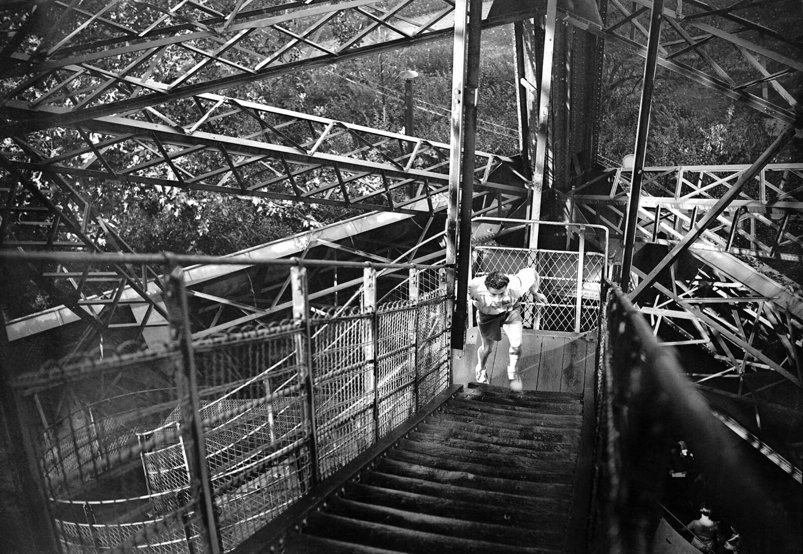 1946. Во время гонки газетчиков один из участников поднялся на вершину Эйфелевой башни. 27 октября