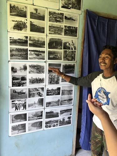 De heer Muhli Eso bij een fotowand in zijn museum.