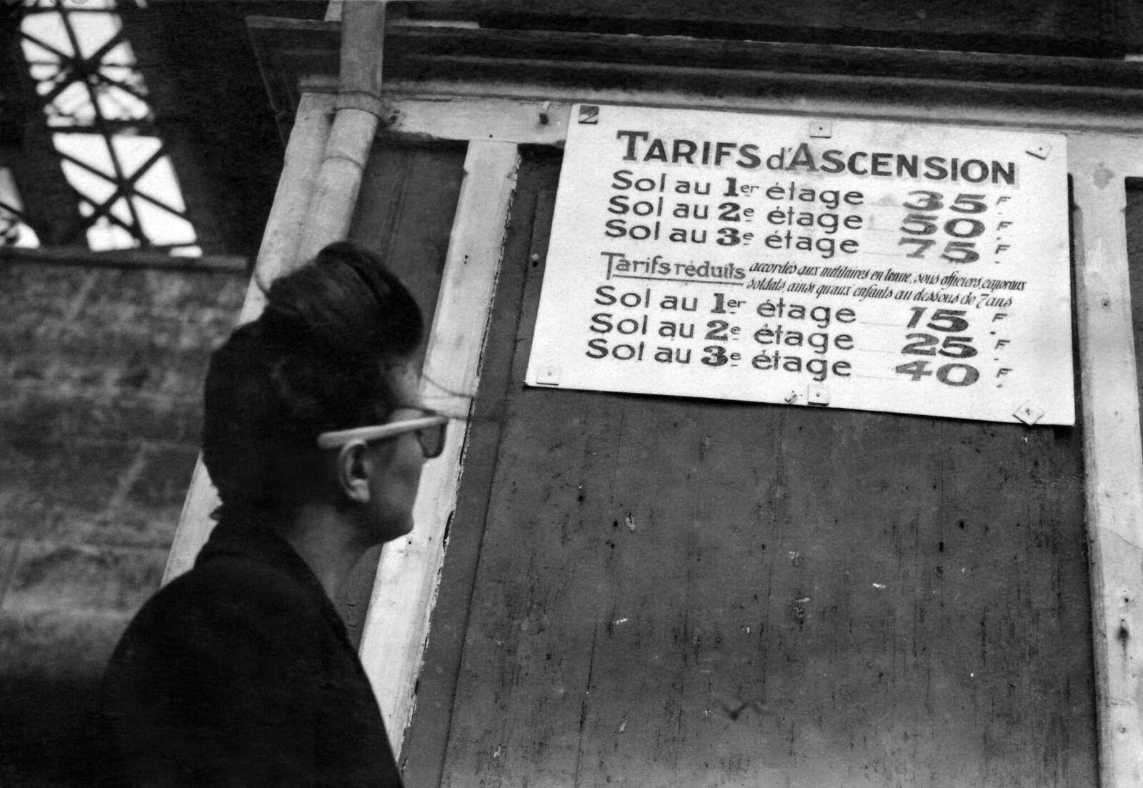 1946. Табличка с ценами у входа в Эйфелеву башню