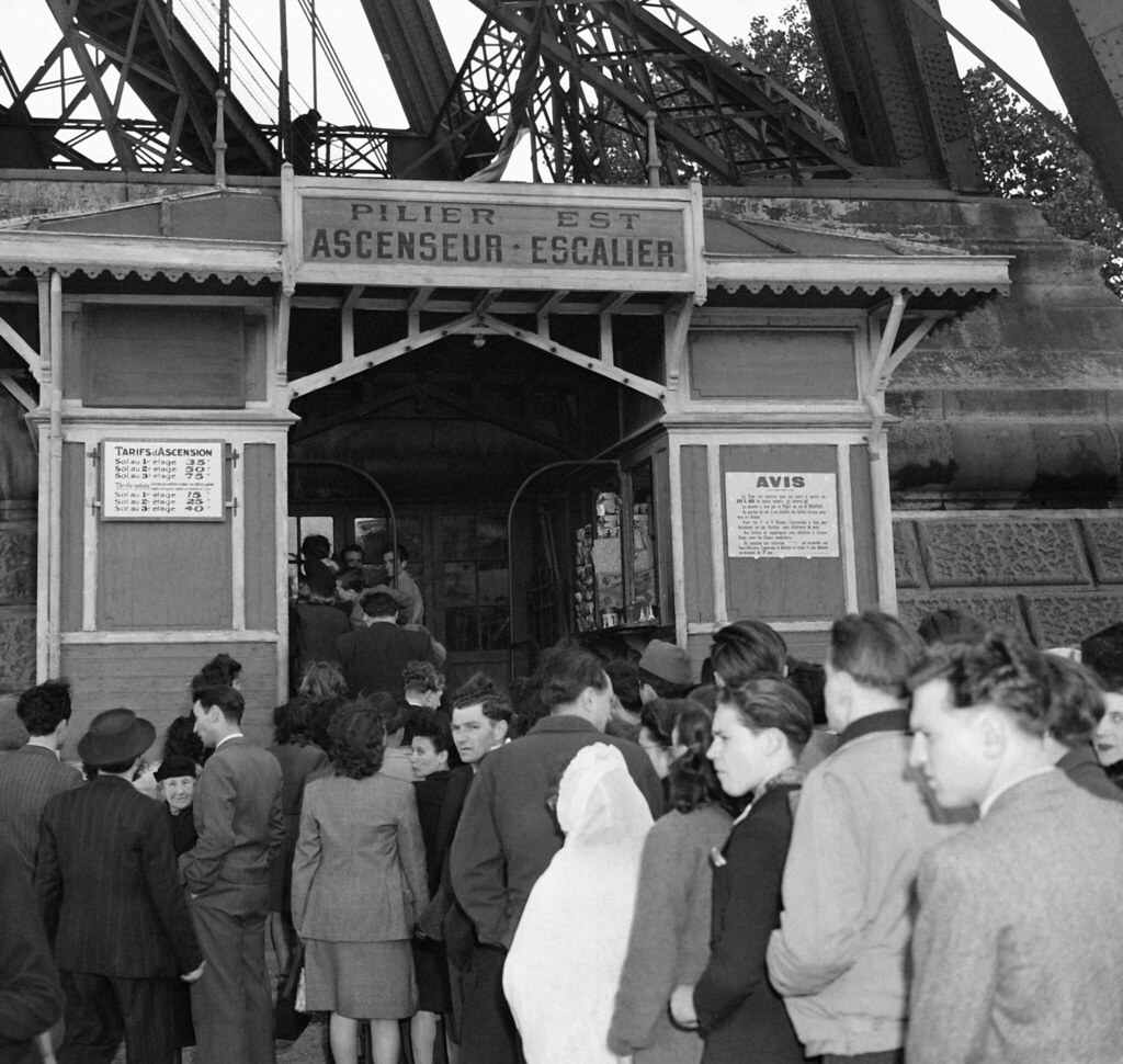 1946. Очередь перед лифтом Эйфелевой башни, который снова работает