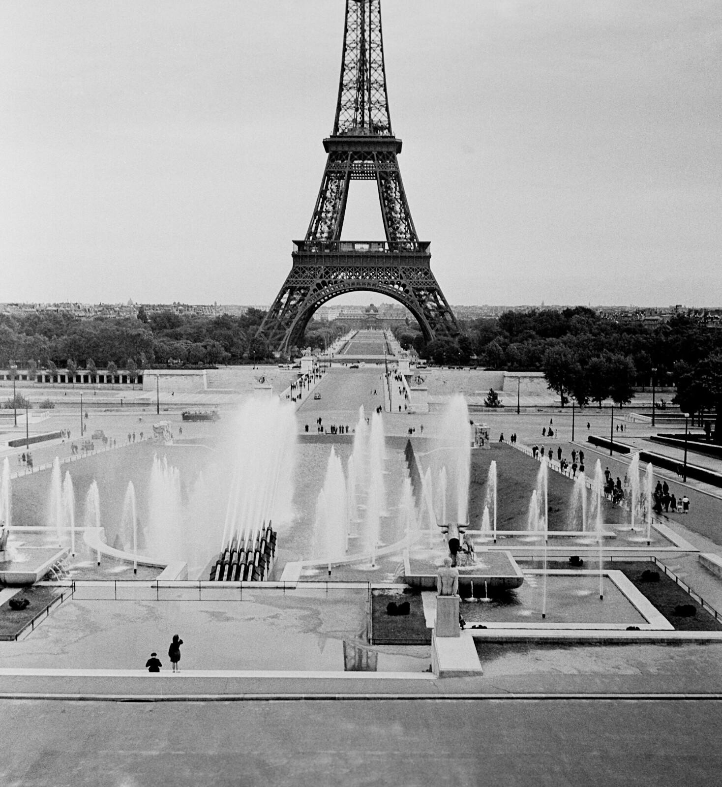 1946. Вид на Эйфелеву башню