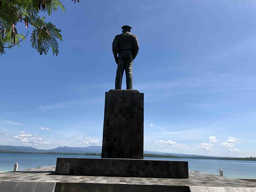 achterzijde standbeeld Douglas MacArthur, Zum Zum eiland, Morotai.