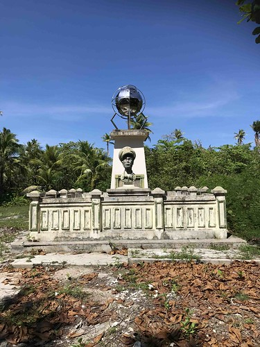 Oud monument Douglas MacArthur, Zum Zum eiland