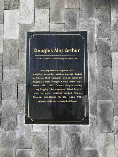 Plaquette standbeeld Dougas MacArthur, Zum Zum eiland.