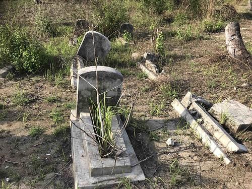 Graven in verschillende staat van verwaarlozing. Waarschijnlijk van geallieerde militairen. Geen opschriften.