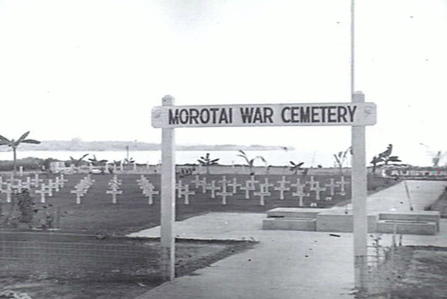 Ingang Australische begraafplaats vlak na aanleg, Morotai.