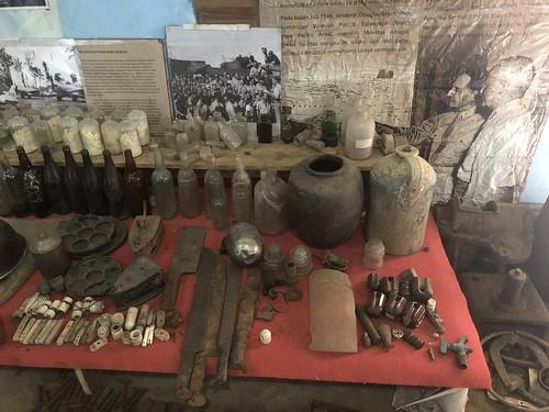 objecten uit de tentoonstelling, verzameld door de heer Muhli Eso.