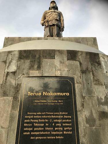 onderaanzicht standbeeld Nakamura.