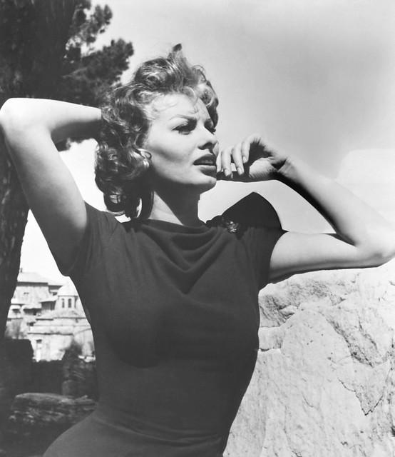 Sophia Loren fotografiada por Ron Harvey en 1956 en Toledo ? en el rodaje de Orgullo y Pasión