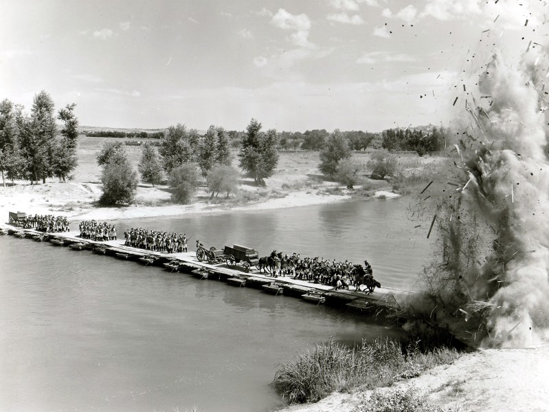 Rodaje de Orgullo y Pasión. Escena de voladura de un puente en el Tajo muy cerca de Toledo. Foto de Ken Danvers.