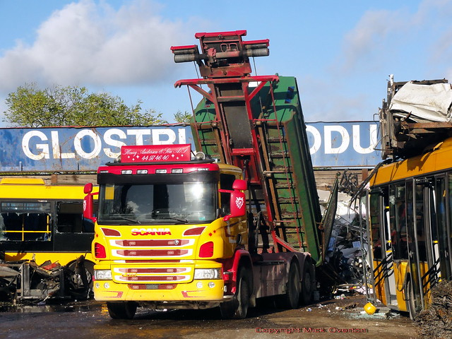 Scania P410 has lost its front numberplate but is still at work disposing of scrap metal