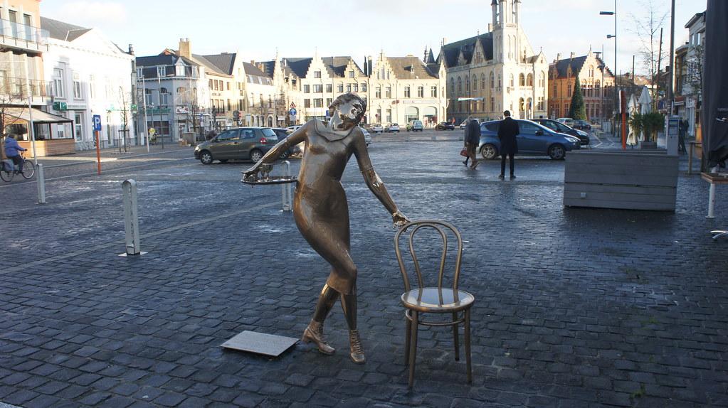 Esculturas en la plaza central de Poperinge
