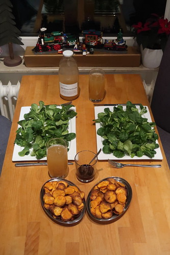 Feldsalat mit Süßkartoffelchips (Tischbild)