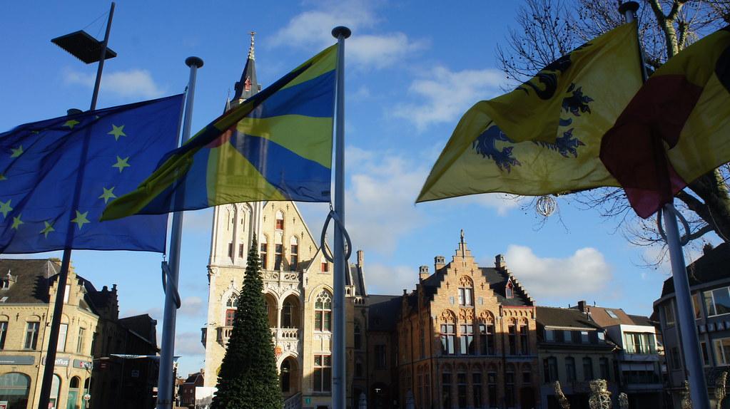 Banderas en la plaza central de Poperinge