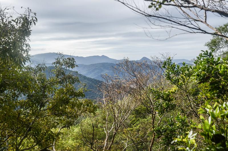 女仍山南稜線(H 633 m)南眺虎頭山、三台山、老佛山稜線 (1)