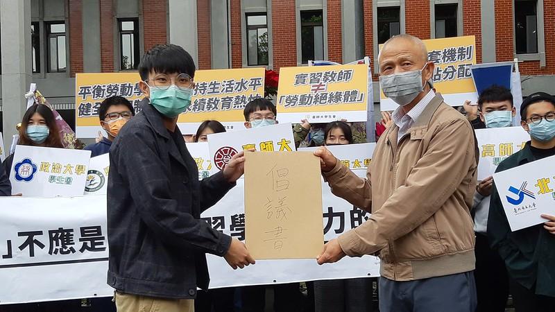 吳炳毅代表各組織遞交倡議書。圖/許霈玟攝