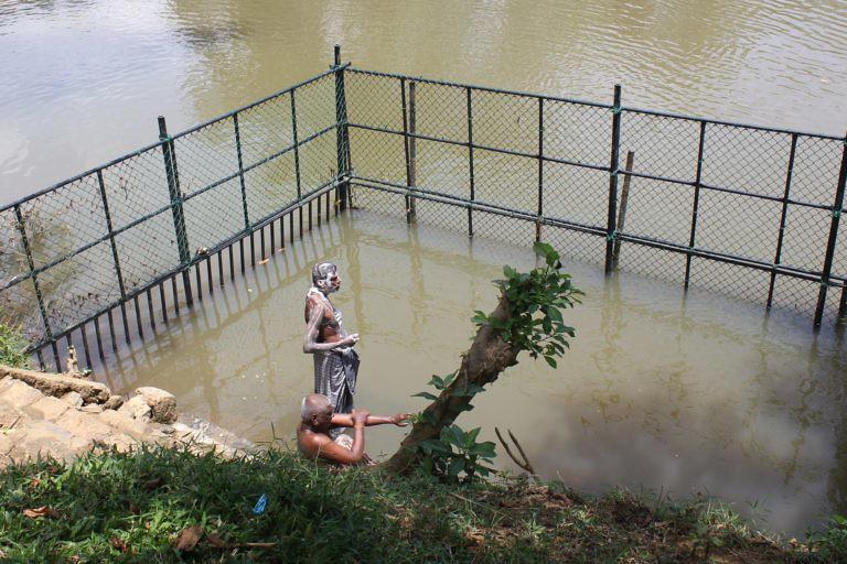 3 村民利用河水時,用圍欄保護自已免於鱷魚攻擊