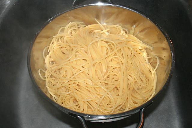 30 - Drain spaghetti / Spaghetti abtropfen lassen