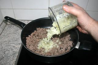 08 - Add onion / Zwiebel dazu geben