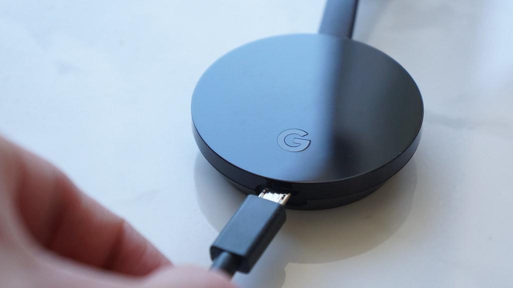 ChromecastにUSBケーブルを挿す