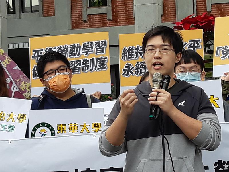 政大學生議會議長陳法霖提出現師培生的困境。圖/許霈玟攝