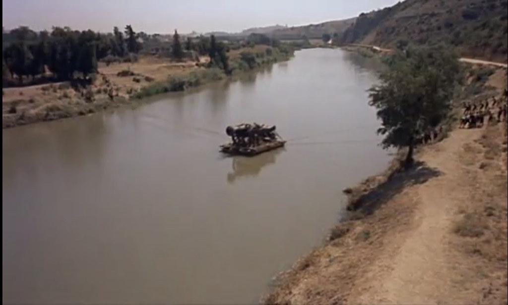 Cañón en el río Tajo con Toledo al fondo. Fotograma de Orgullo y Pasión. (Rodado en 1956)