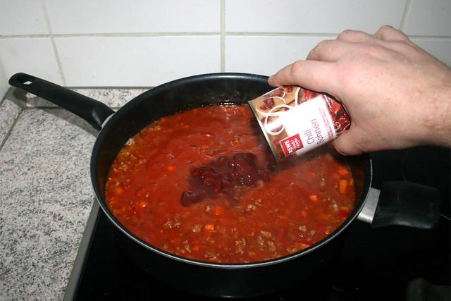 22 - Add chili beans / Chilibohnen dazu geben