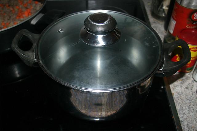 12 - Bring water with noodles to a boil / Wasser für Nudeln aufsetzen